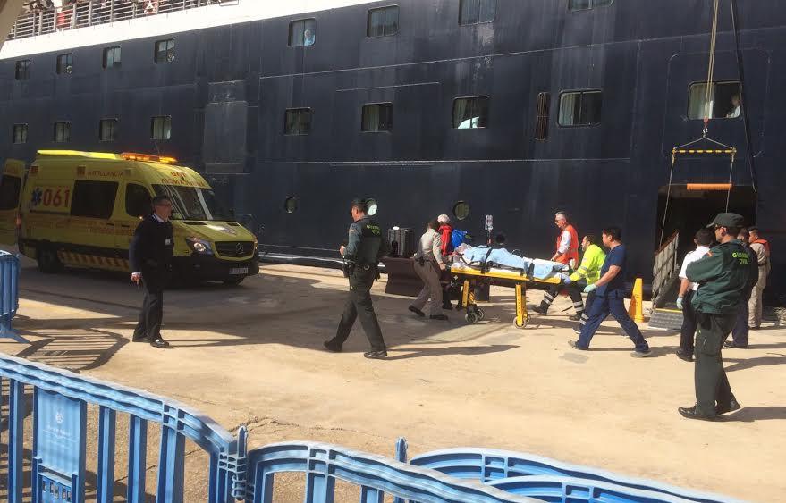 Momento en el que trasladan a uno de los heridos (Fotos: Tolo Mercadal)