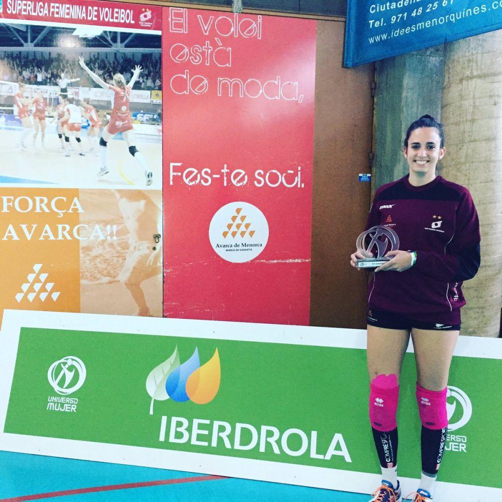 María Barrasa, con el trofeo de MVP (Foto: Vòlei Ciutadella)