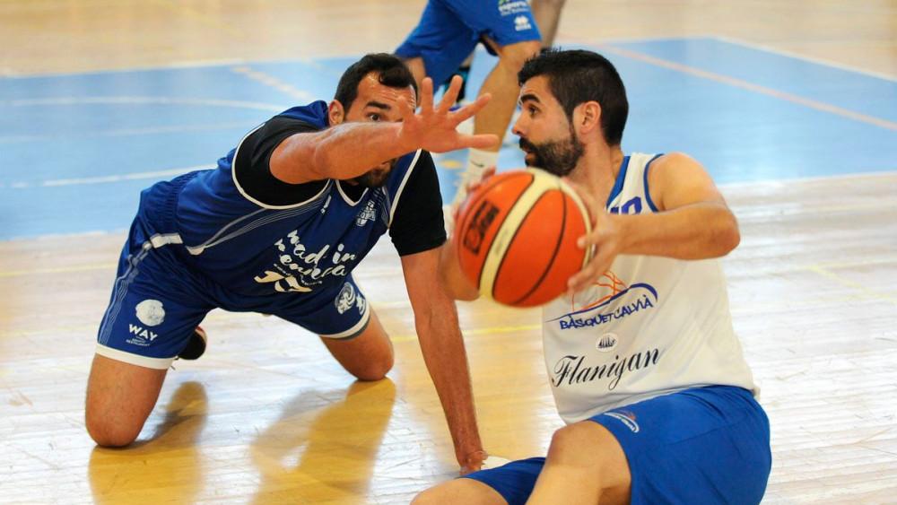 Orfila e Iván Matemalas disputan un balón.
