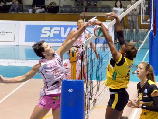Noelia Sánchez remata ante el bloqueo del Haris en el partido de la primera vuelta.