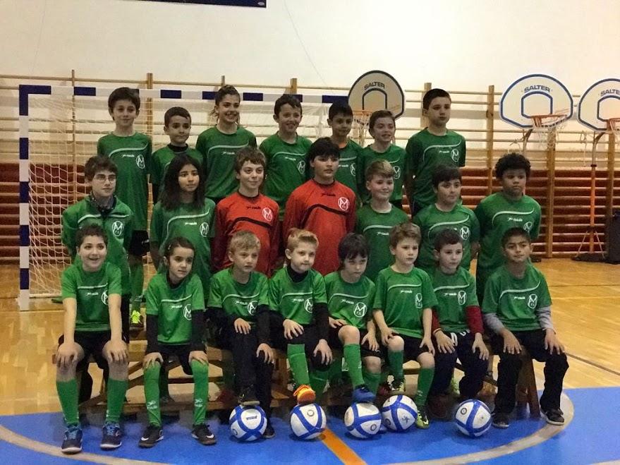 Formación de la escuela de fútbol sala del Atlético Mercadal.