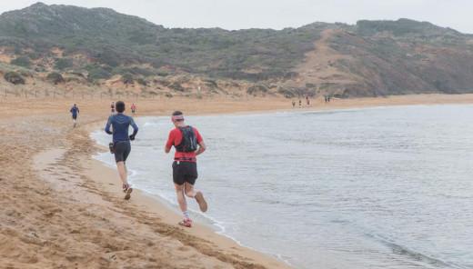Atletas en plena carrera por la playa (Foto: Karlos Hurtado)