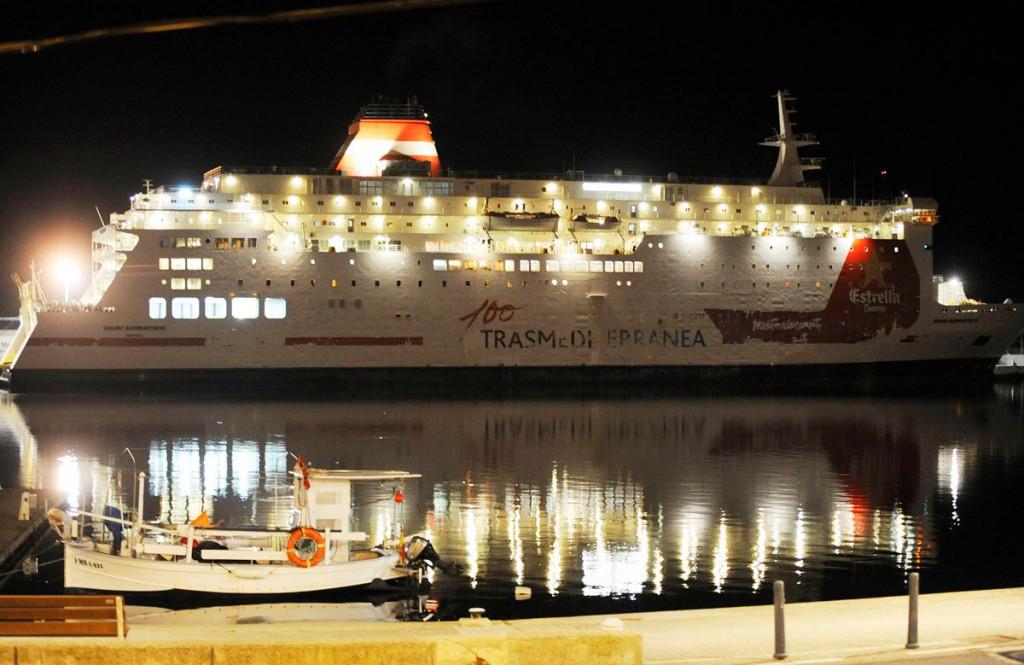 Imagen nocturna del Snav Adriático, ferry que cubrirá la ruta (Foto: Tolo Mercadal)