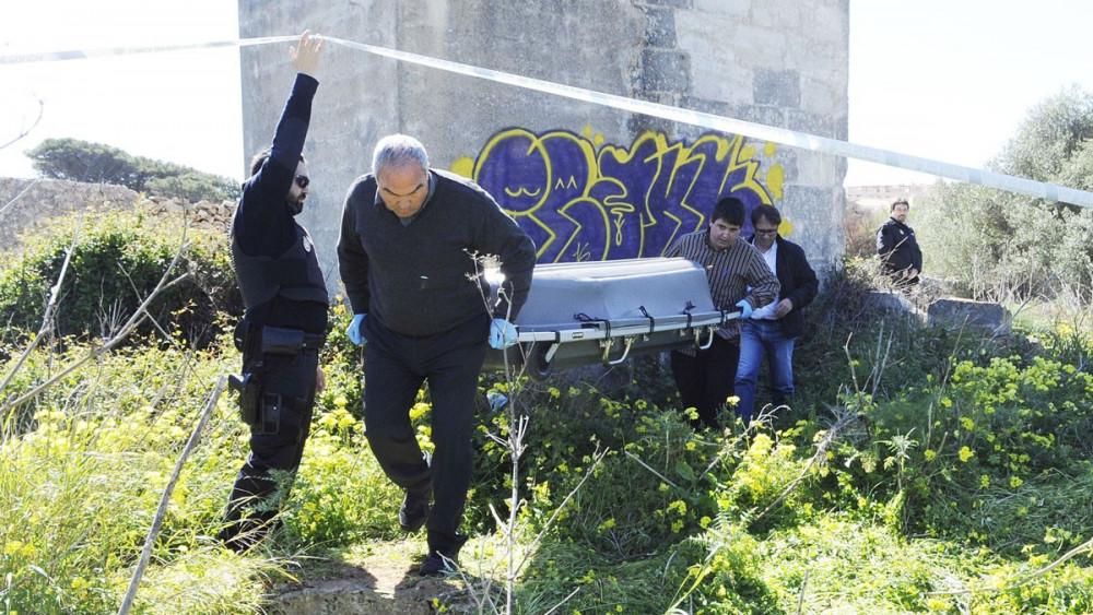 Momento del traslado del cadáver (Fotos: Tolo Mercadal)