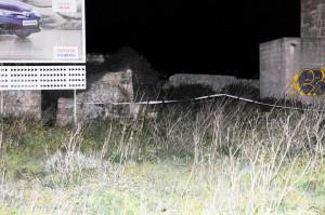 El lugar en donde se encontró el cuerpo permanece acordonado para evitar que se alteren las pruebas.