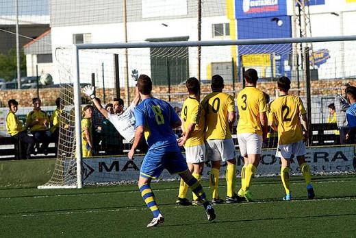 Tiro de Xavi de falta (Fotos: deportesmenorca.com)