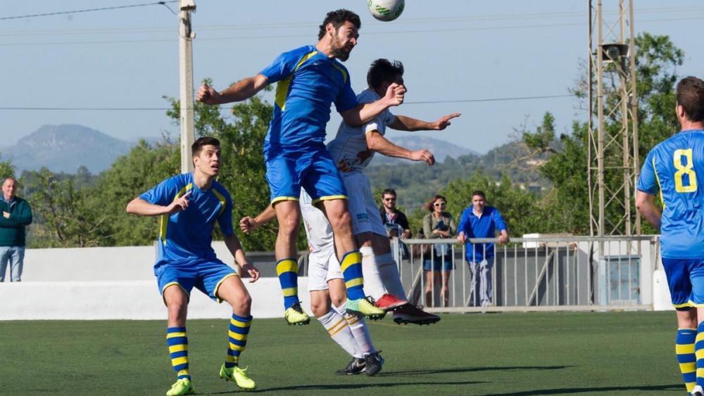 Biel Medina despeja un balón ante un delantero del Felanitx (Fotos. futbolbalear.es)