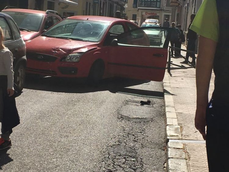 El segundo vehículo quedó atravesado y se tuvo que cerrar la calle al tráfico rodado.