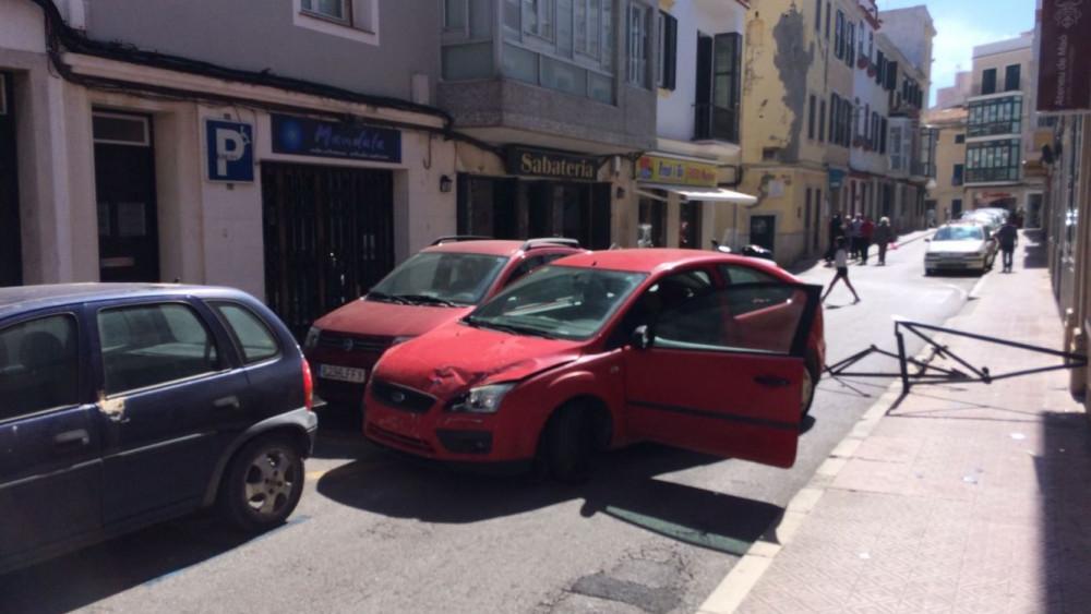 El turismo rojo impactó con otros vehículos ante la mirada de los policías.