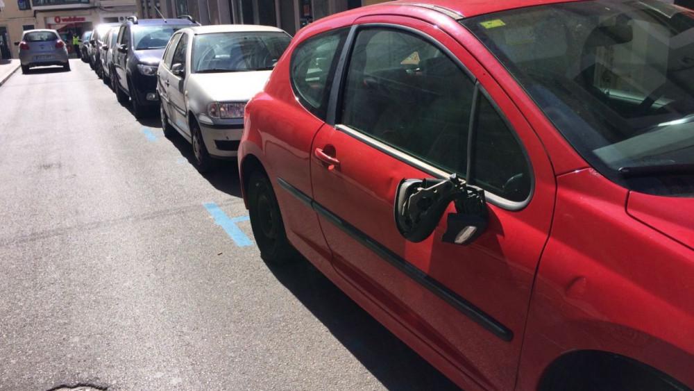 Destrozos en los coches aparcados.