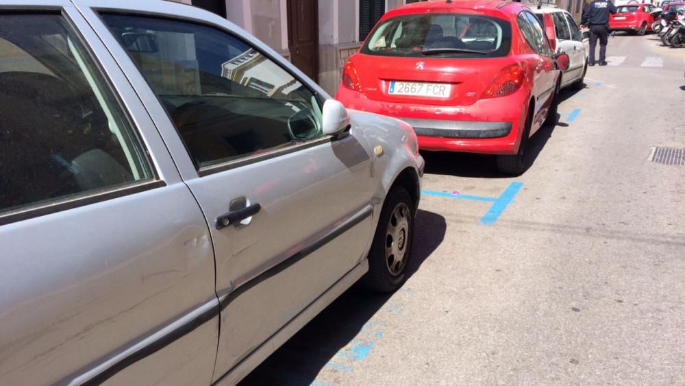 Varios coches quedaron rayados y con el espejo retrovisor  maltrecho.