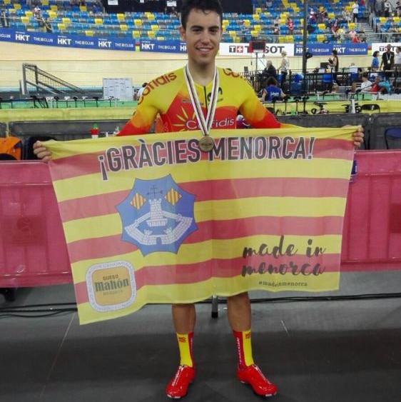Albert Torres, con la bandera de Menorca tras la prueba.