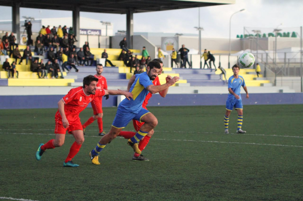 Biel Medina trata de alcanzar un balón (Foto: deportesmenorca.com)