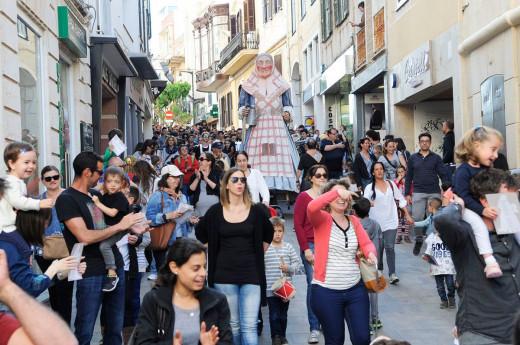 """Cercavila"" con ""S'Àvia Corema"" por las calles de Maó (Foto: Tolo Mercadal)"