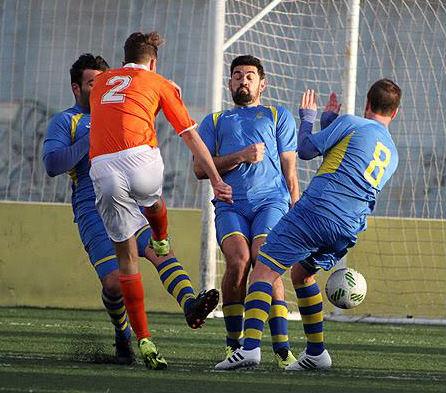 Barber, Biel y Xavi taponan el tiro de un rival (Foto: deportesmenorca.com)