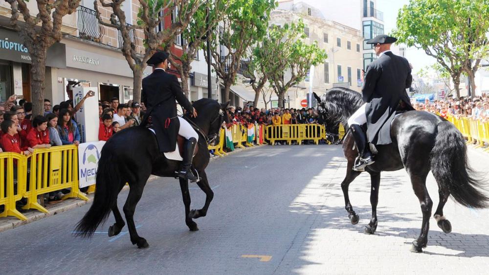 La calle Ses Moreres de Maó, repleta.