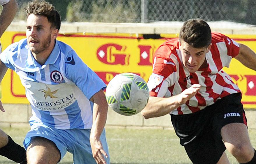 Dos jugadores disputan la pelota.