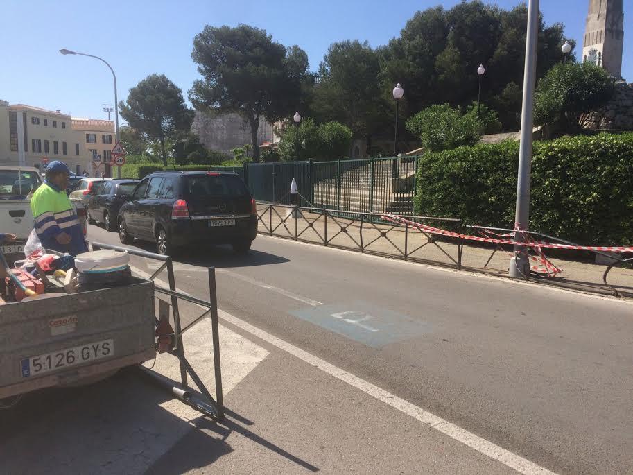 Imagen de la valla dañada y los operarios llegando para arreglarla (Foto: Tolo Mercadal)