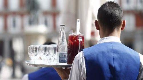Camarero durante un servicio.