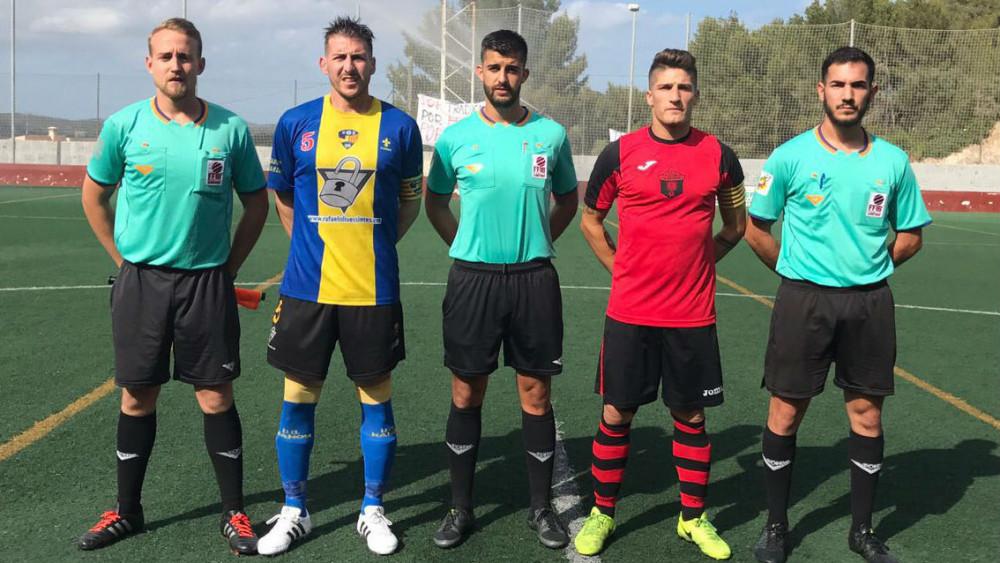 Capitanes antes del inicio (Fotos: futbolbalear.es)