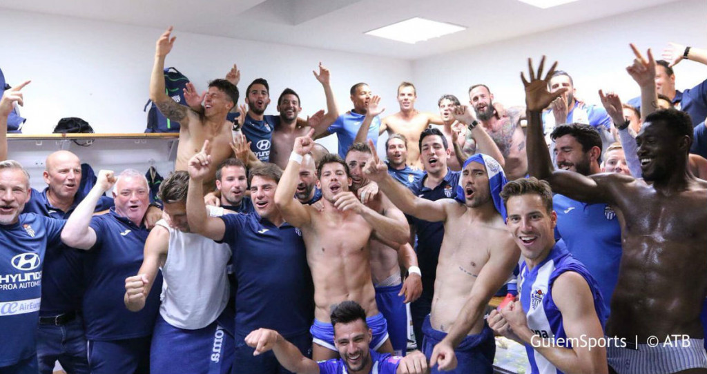 Imagen de los jugadores del Atlético Baleares tras el triunfo.