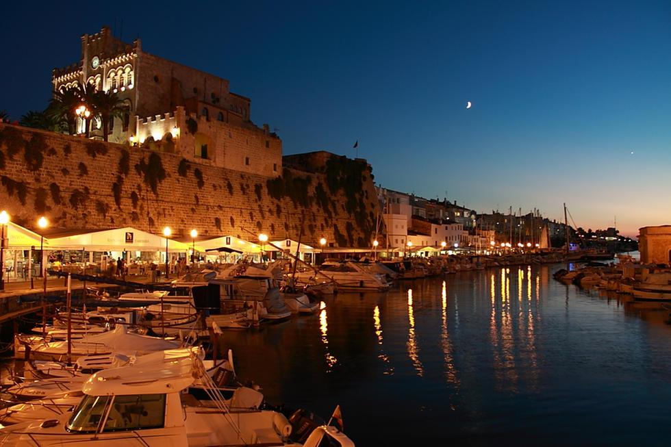 Imagen nocturna de Ciutadella.