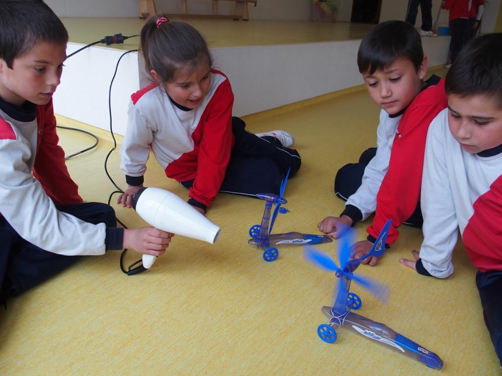 Niños experimentando en el aula.