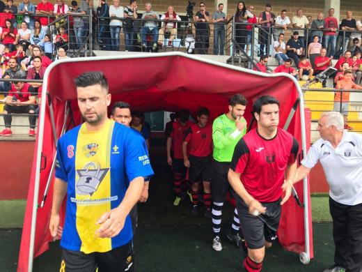 Pedro Clavijo, izquierda, saliendo al campo del Serverense (Foto: futbolbalear.es)