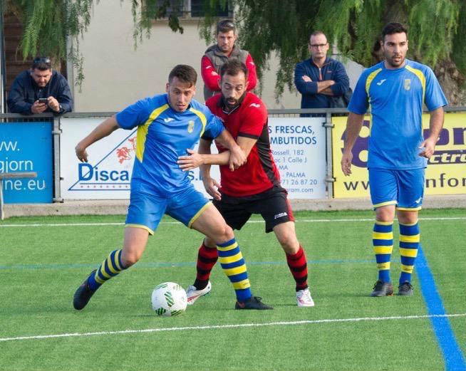 Quel Enrich protege el balón ante un rival (Foto: futbolbalear.es)