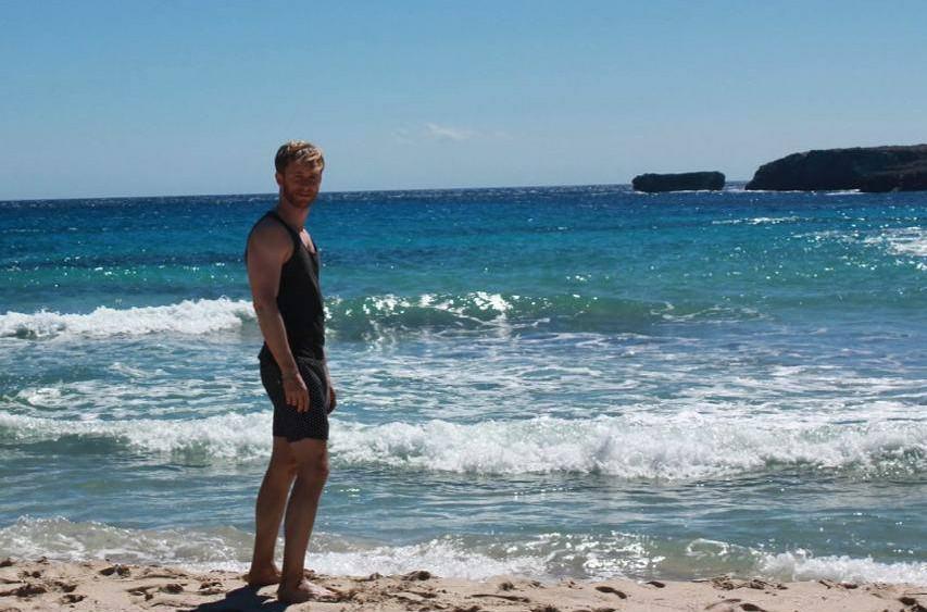 Rivero, en una playa de la Isla.