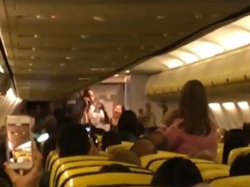 Un extracto del vídeo en el que canta el azafato gaditano.
