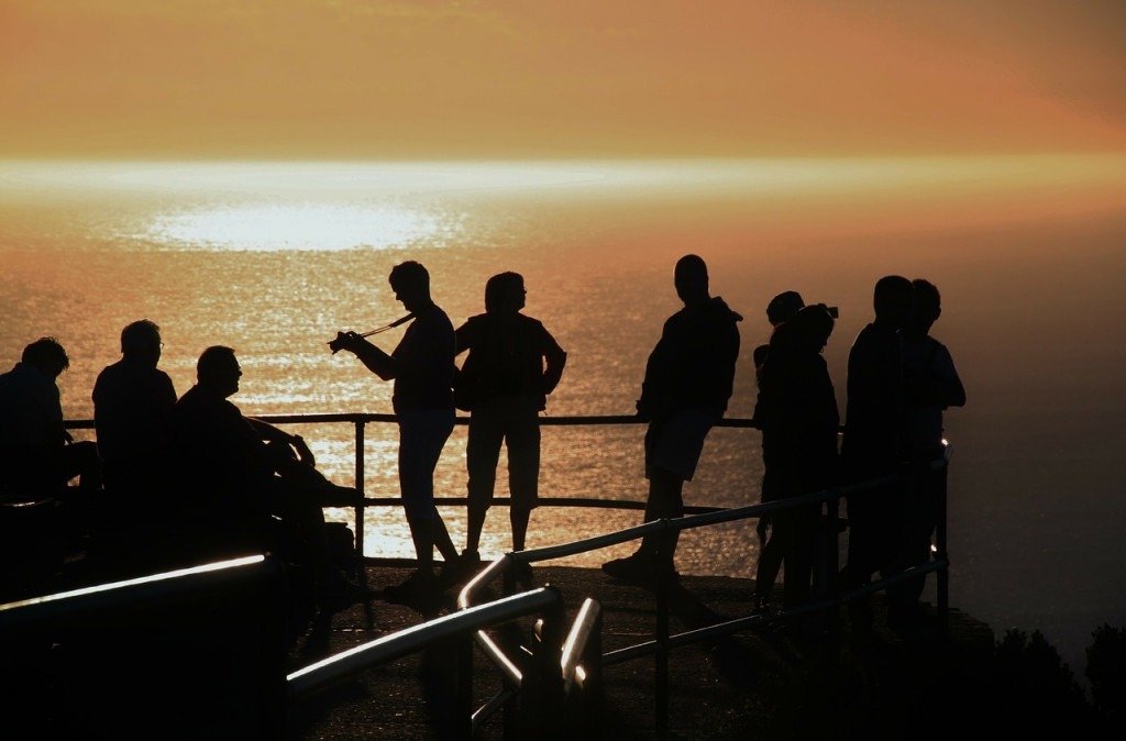 Turistas fotografiando la puesta de sol