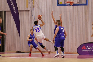 Acción del partido de baloncesto.