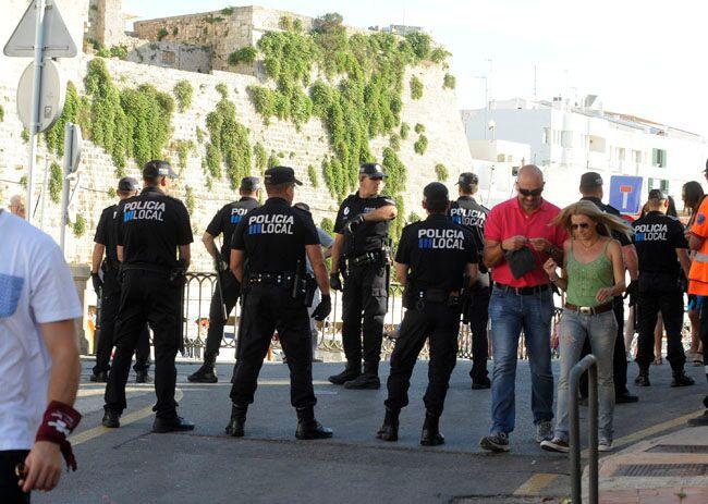 Agentes de la Policía Local en el puerto de Ciutadella.