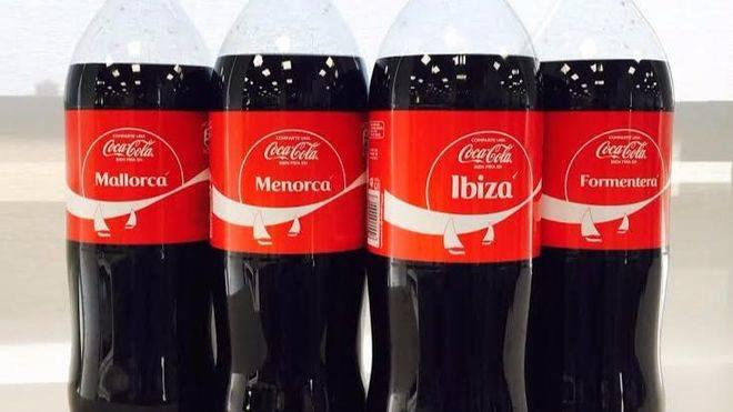 Botellas de Cocacola con el nombre de las islas