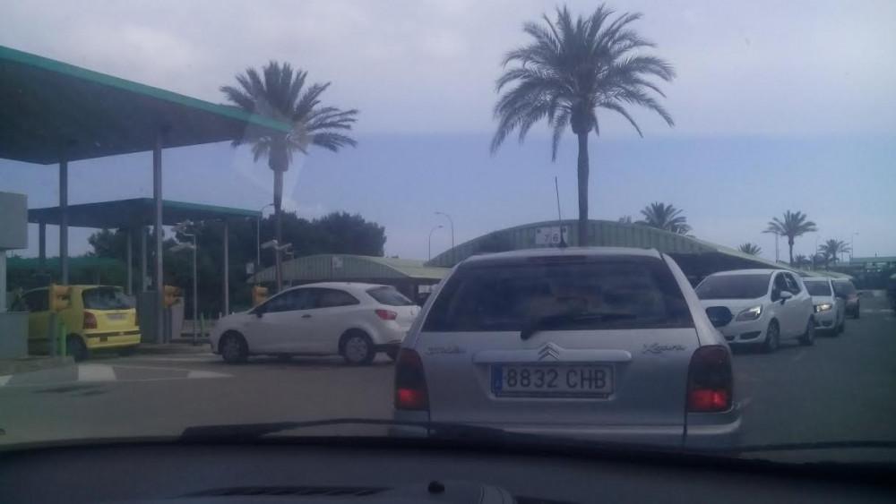 Colas a la salida de los vehículos (Fotos: Tolo Mercadal)