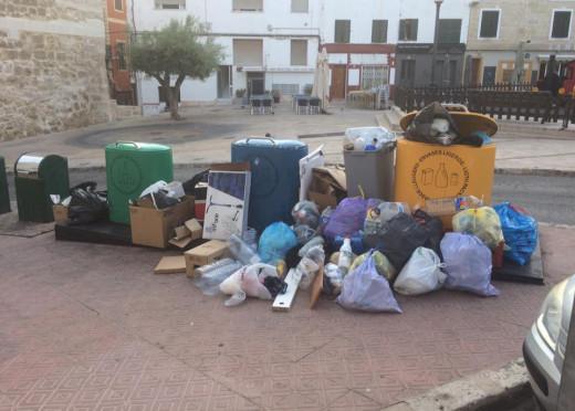 Cubos de basura en Maó.