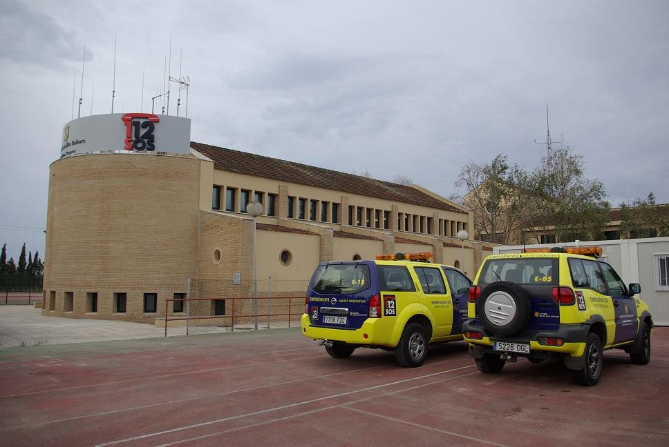 Edificio y coches del servicio de emergencias 112.