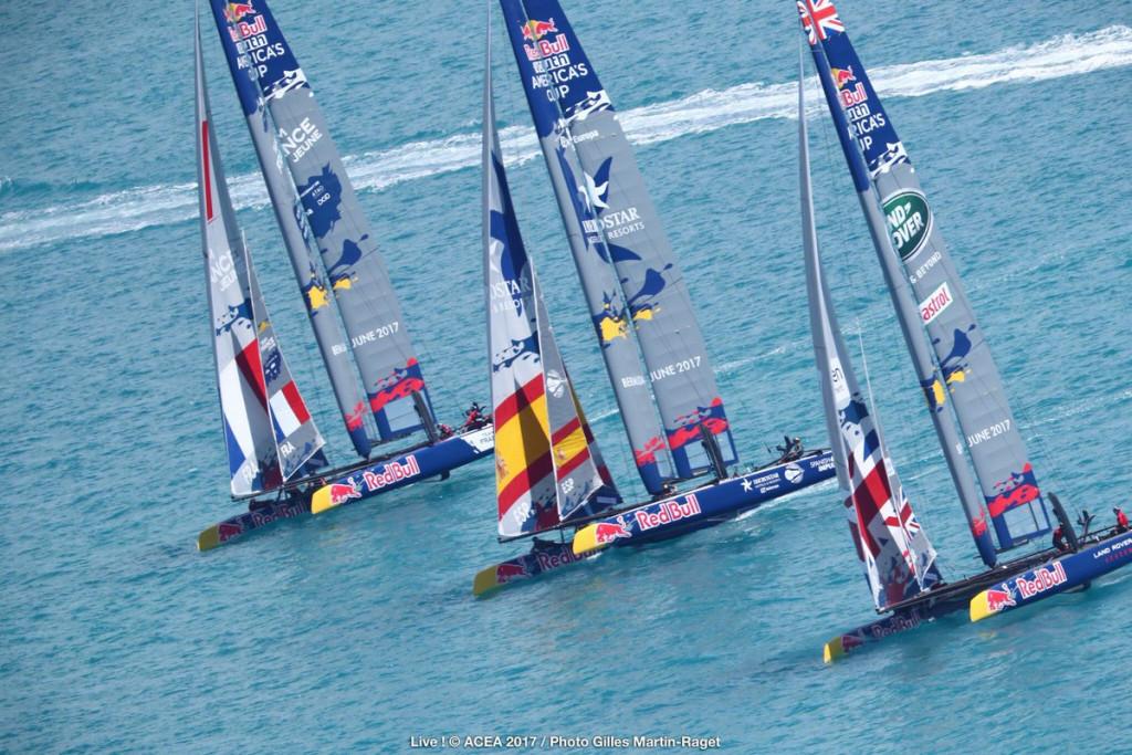 El Spanish Impulse, en el centro de la imagen, durante la regata.
