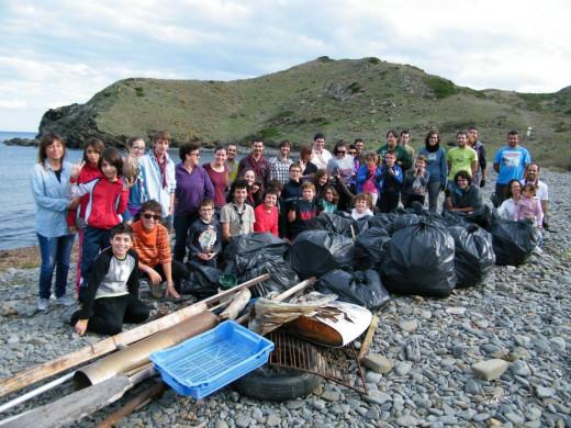 Escoltes en una acción de limpieza litoral