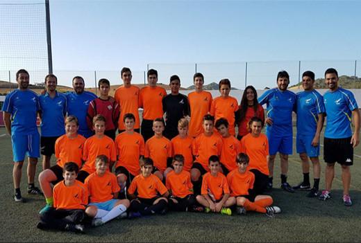 Foto de familia de técnicos y porteros (Foto: deportesmenorca.com)