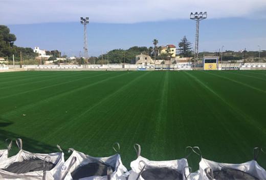 Imagen del campo de fútbol con el césped ya instalado (Foto: deportesmenorca.com)