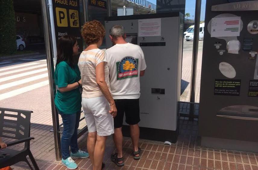 Gente retirando los tickets.