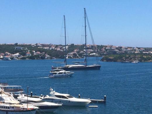 El yate 'Sybaris¡, en Menorca