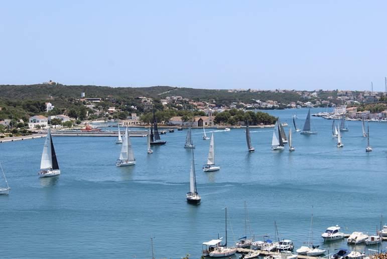 Imagen de la regata en el puerto.