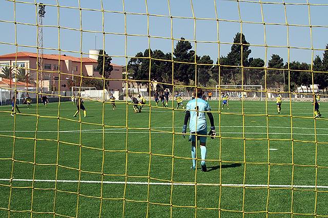 Imagen de uno de los partidos disputados en la inauguración de la nueva hierba (Fotos. deportesmenorca.com)
