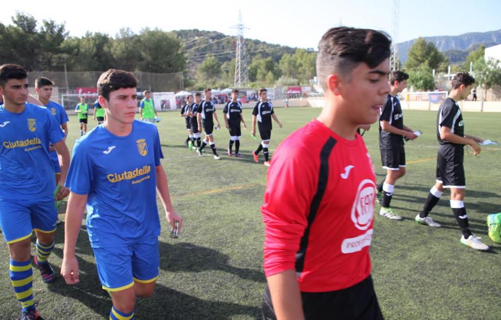 Jugadores del Penya y el Atlético Baleares saltan al campo.