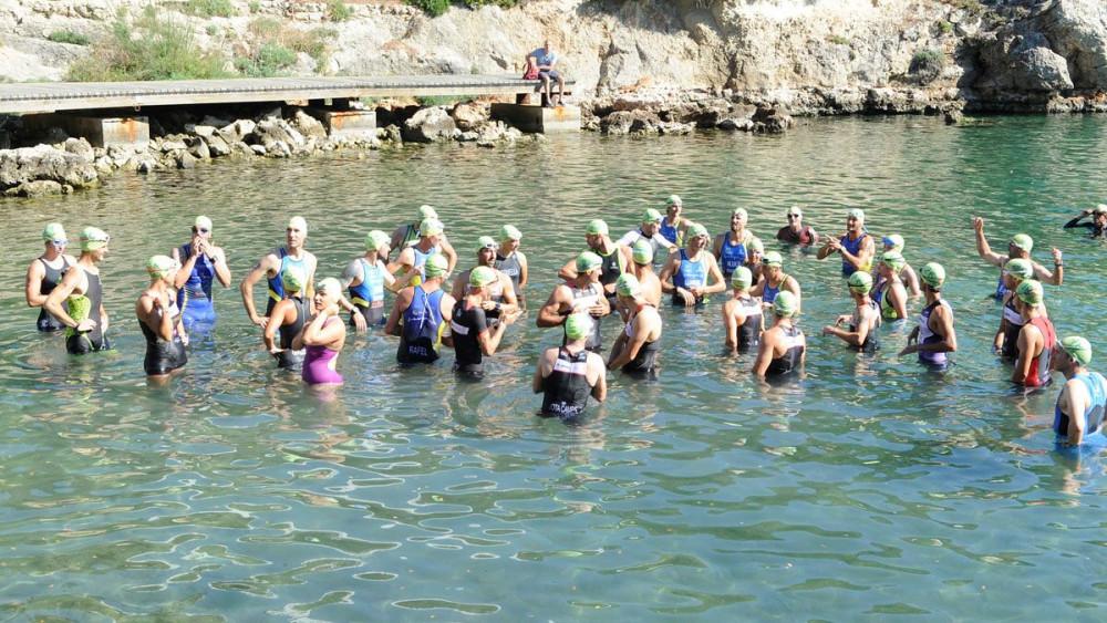 Los triatletas, listos en el agua.