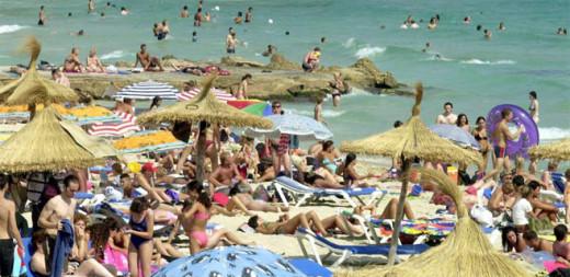Turistas en la playa.