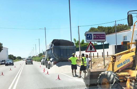 Camión detenido junto a la gravilla. Foto: Juan Mateo Torres